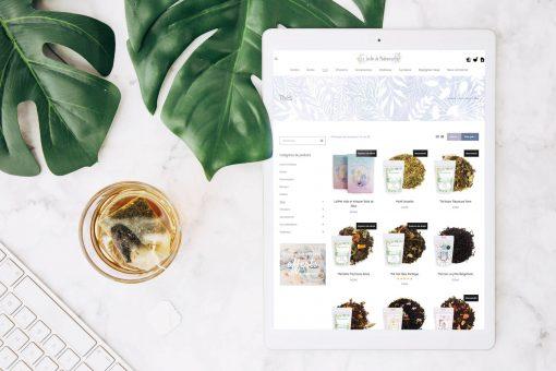tablette ipad avec des plantes autours qui montre une boutique en ligne
